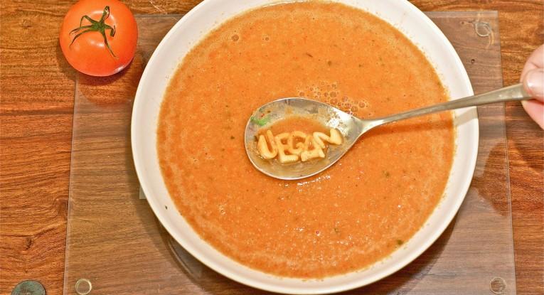 מרק עגבניות ופלפלים טבעוני