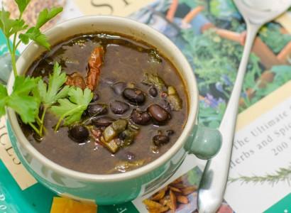 מרק שעועית שחורה טבעוני
