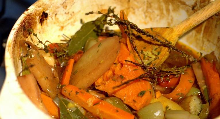 קדירת ירקות שורש בתנור טבעוני
