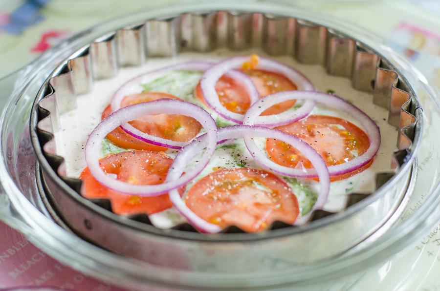 מאפה פסטו טבעוני עם בצל ועגבניות