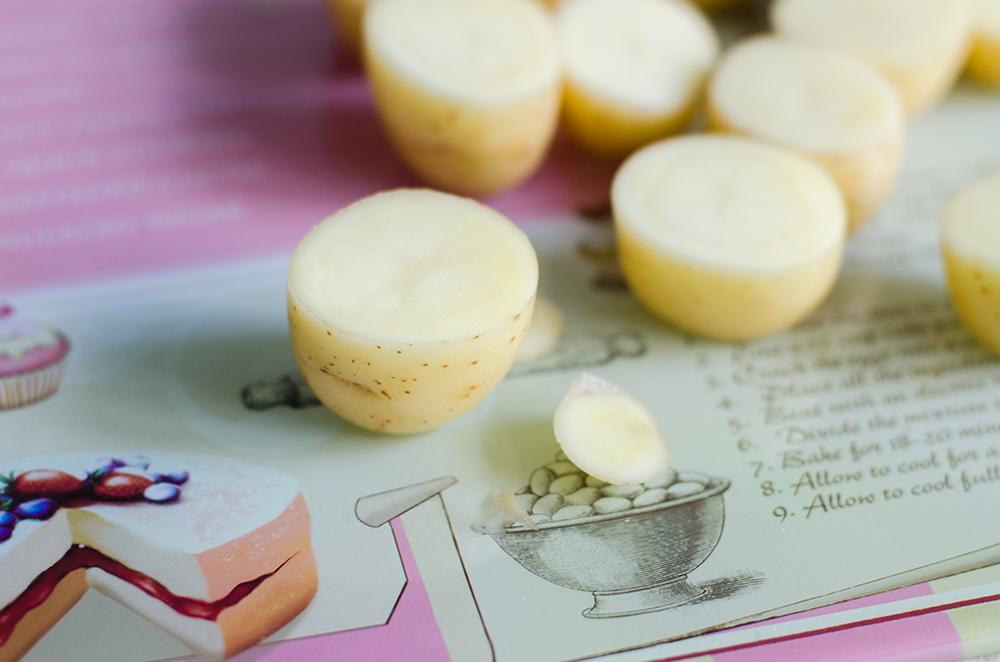 תפוחי אדמה חתוכים לקראת מילוי