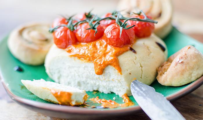 גבינת פטה שקדים טבעונית עם פלפלים קלויים