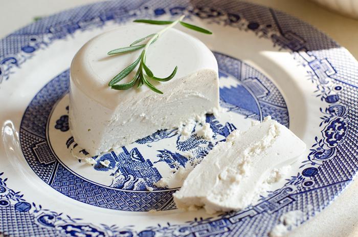 סמבוסק טבעוני עם גבינת מקדמיה וזית טבעונות