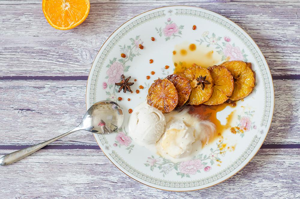 קינוח טבעוני תפוז מקורמל עם גלידת וניל טבעונית טבעונות טבעוני