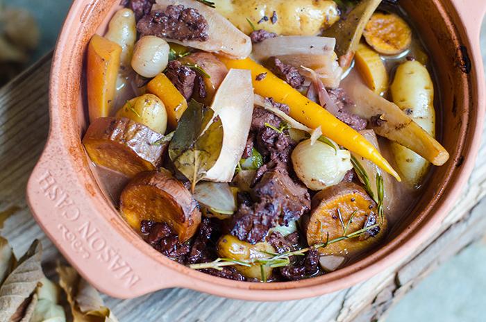 תבשיל קדירת ירקות שורש טבעוני עם סייטן