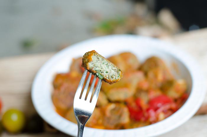 """קציצות  """"דגים"""" טופו סייטן טבעוניותברוטב עגבניות ופלפלים"""